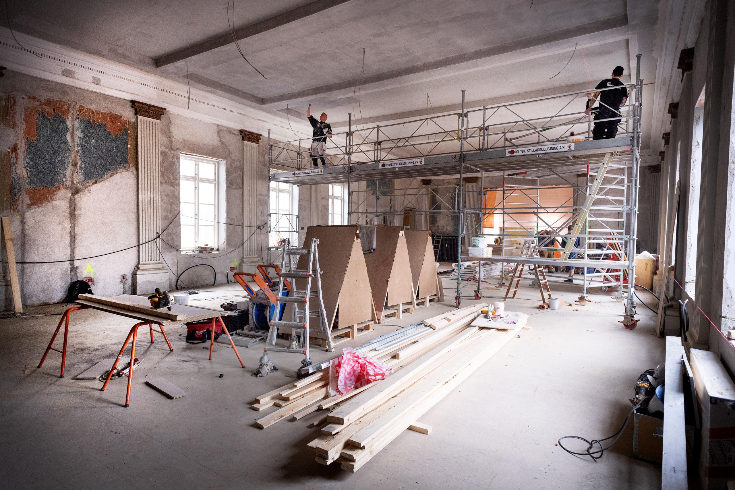 Den tidligere dansesal er i fuld gang med at blive sat i stand. Planen er, at der skal være kontorlokaler. Foto: Torben Hansen