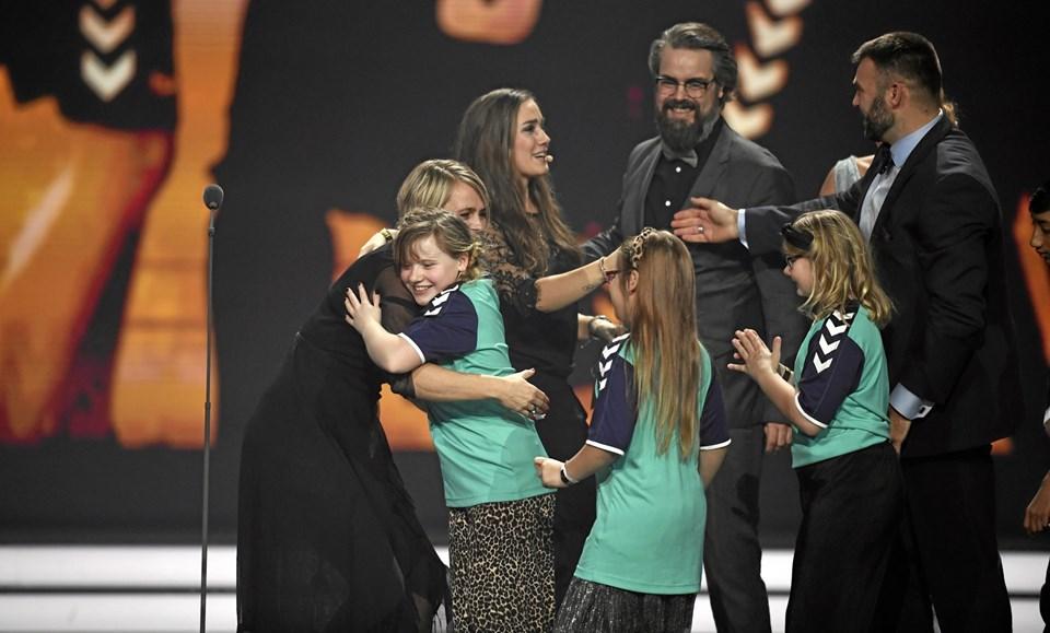 Rikke Nielsen modtog jubelkram af de Lykke-børn, hun havde med på scenen. Foto: Lars Møller