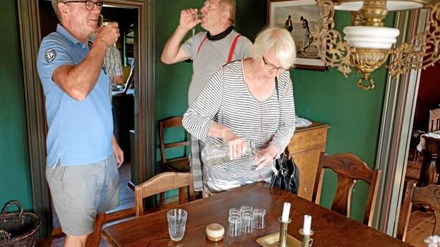 Husmandsfamilien har besøg af en familie samlet fra Fredensborg, Brønderslev og Nørhalne. Familien har selv haft et langt liv på landet, og gensynet med et husmandssted vækker minder. De bliver selvfølgelig budt på et glas vand. Foto: Niels Helver