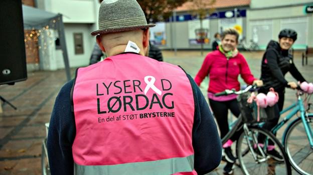 Selvom fremmødet ikke var stort, så var humøret højt i forbindelse med Lyserød Lørdag i Brønderslev i lørdags. Foto: Kurt Bering