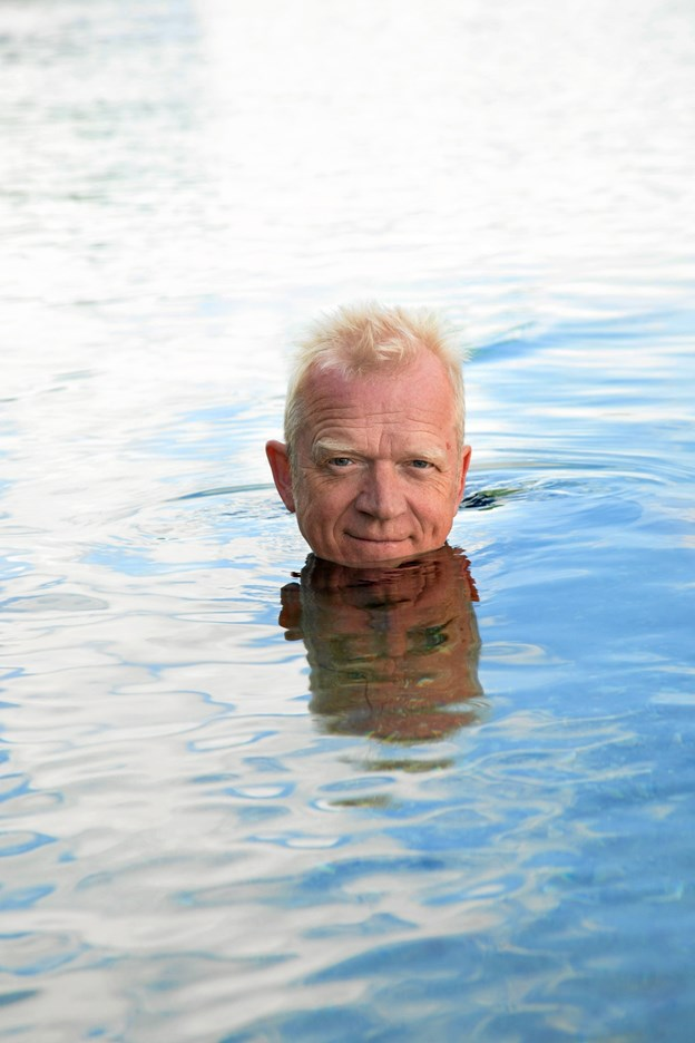 """Skuespiller Carsten Knudsen er aktuelt ikke ude at svømme. Derimod er han blevet indlagt med en diskusprolaps og er pt. ude af stand til at røre sig, og Himmerlands Teater har derfor været nødt til at aflyse showet """"Hvor er vi nu henne"""" torsdag 17. januar. PR-foto"""