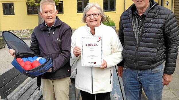 Formand Finn Nielsen, Skørping Petanqueklub (tv), kasserer Aase Kristensen og næstformand Hardy Andersen med det synlige bevis på donationen. Privatfoto