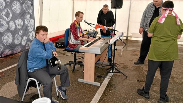 Gustav og Jeppe spiller op til dans og fællessang. Foto: Niels Helver Niels Helver