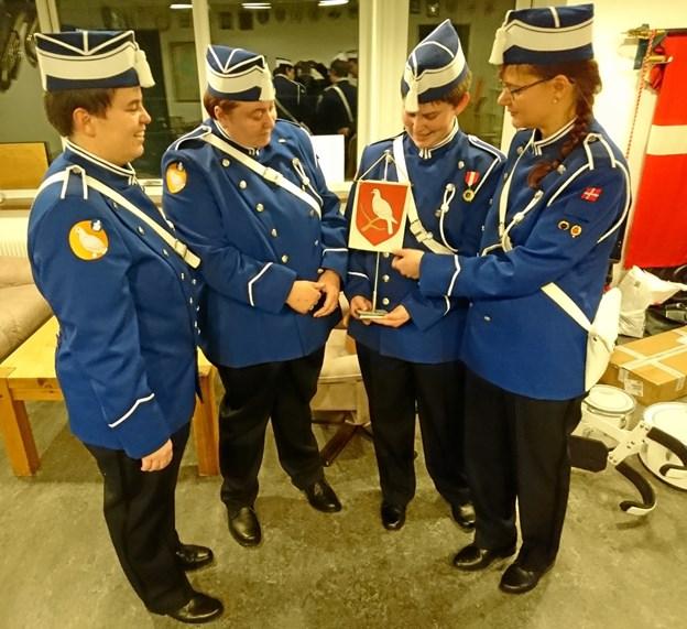 Den nye uniform bærer som den gamle Morsø Kommunes logo/våbenskjold, og nu i en ajourført version. Garden har også kommunens våbenskjold på flag - dog stadig i den gamle udgave.