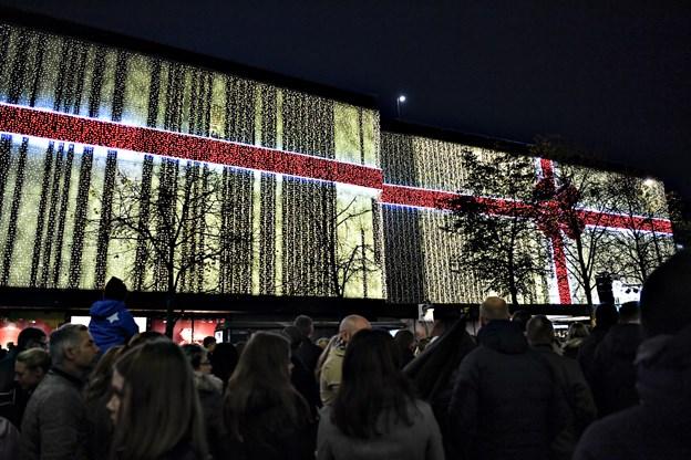 Ikke uventet placerer Salling i Aalborg sig ind med det unikke designer-element i sin pakkeudsmykning på den store væg ud mod Nytorv.