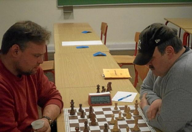 Peder Stauersbøl Laustsen, Morsø Skakklub, til venstre i billedet spiller sort og kæmper sig til en flot remis (½-½) mod den stærke Finn Jepsen fra Thy Skakklub. Privatfoto.