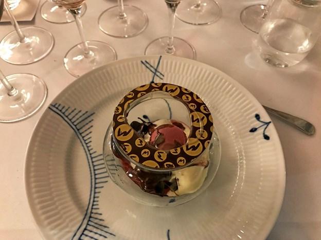 Dessert fra Mortens Kro: Rabarber, iscreme, lyserøde macarons og chokoladesauce. Privatfoto