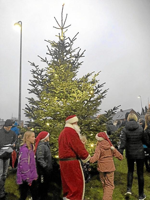 Klokken 16.00 blev juletræet tændt, hvorefter der var fællessang og dans. Foto: Sofie-Amalie Bøss Sofie-Amalie Bøss