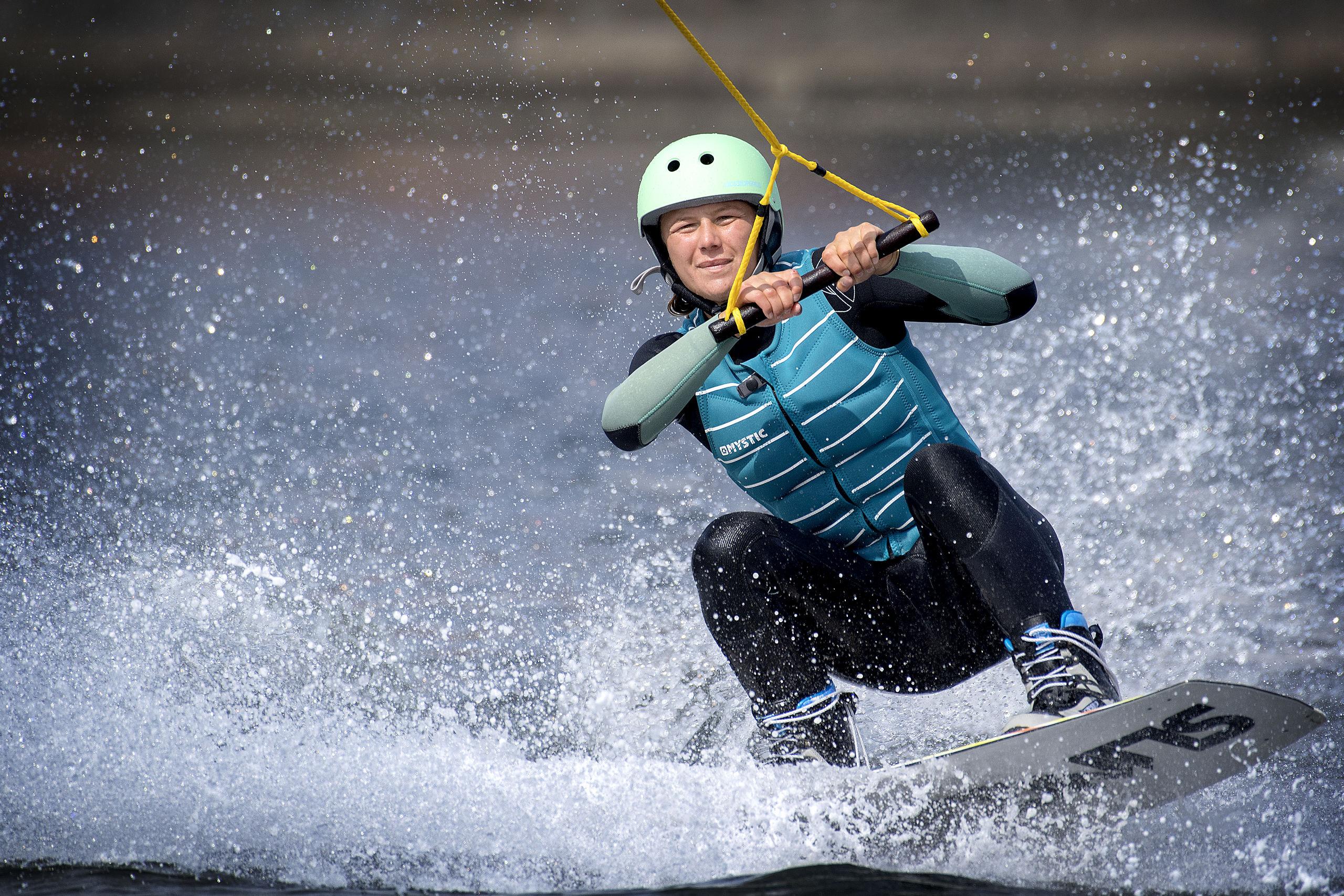 Aalborg Cable Park har opstillet to kabelbaner i bassinet, der trækker wakeboarderen rundt med en topfart på ca. 30 km/t, og her er det Rebecca Bon, der glider hen over vandet. Arkivfoto: Lars Pauli