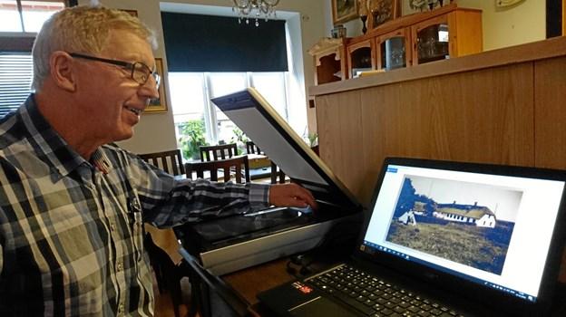 Scanneren til venstre for Knud Sørensen tryller snildt et gammelt og lille billede op på computerskærmen, så det kan komme i bogen.