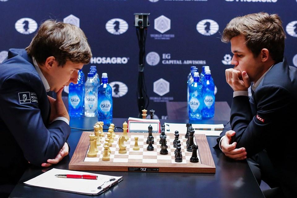 Magnus Carlsen (th) og Sergey Karjakin. Foto: Eduardo Munoz Alvarez/Scanpix