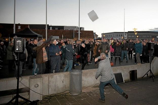 Borgmester Arne Boelt skulle kaste en skumgummi kopi, af en af de hundrede betonblokke, som 100 udvalgte borgere skal vælge placeringen af. Foto: Peter Jørgensen Peter Jørgensen