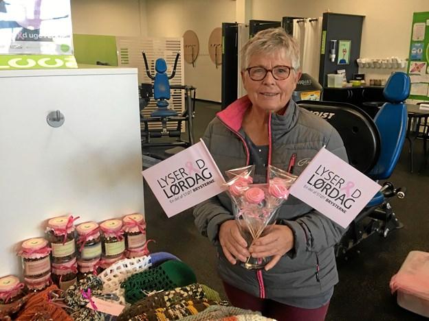 Fantastiske Lis Uggerhøj med sine mange strikke-projekter, som hun donerer kvit og frit til den Lyserøde sag. Privatfoto.