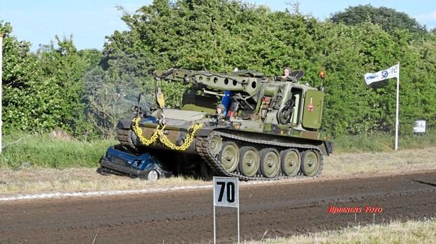 Han Herred Traktortræk, som løber af stablen på fredag, får besøg af et militært bjergningskøretøj. Foto: Bjørnens Foto