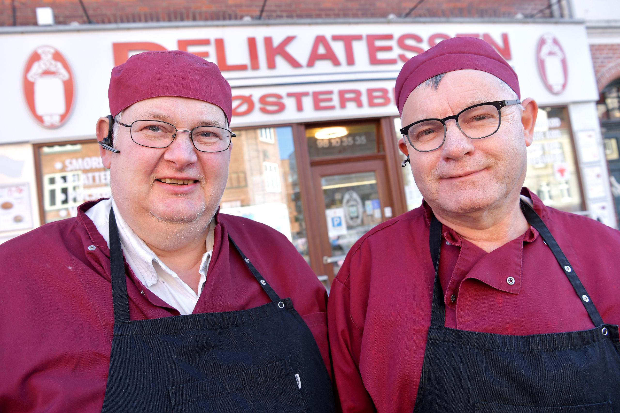 Karsten Andersen (tv) og Mikael Helstrup har sammen drevet butikken i 30 år. Foto: Claus Søndberg