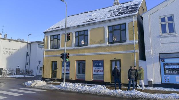 Ejendommen ligger på hjørnet af Vendelbogade og Nørregade - tæt på Vendelbohus, et værtshus, en kirke og et supermarked og så kan man vel ikke be' om ret meget mere ...Foto: Kim Dahl Hansen
