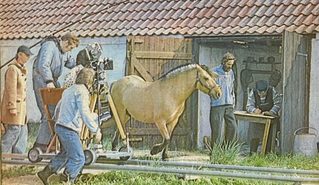 """Instruktør Jens Ravn, til venstre, følger optagelserne af en ung karl med hest i bevægelse til tv-serien """"Fiskerne"""" efter Hans Kirks roman. Foto fra årbogen"""