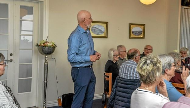 Anton Kristoffersen i gang med at fortælle om de mange år på Grønland suppleret med rigtigt mange billeder. Foto: Mogens Lynge