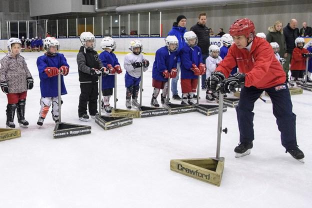 """Indtil børnene er sikre på skøjterne, har de et slags """"gangstativ"""", de holder sig til på isen. Arkivfoto: Peter Broen"""