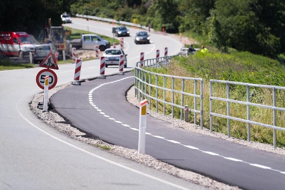 Det nye rækværk har kostet 750.000 kroner. Byrådet gav sidste år grønt lys til cykelstiprojektet, som Vejdirektoratet har støttet med 3,2 millioner kroner. Politikerne gav en tillægsbevilling på 4,8 millioner kroner. Foto: Torben Hansen