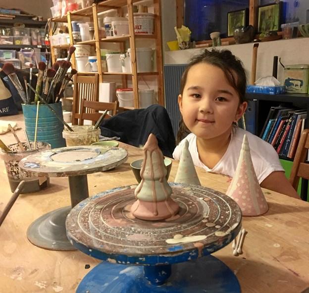 Solveig Hove på seks år havde dekoreret smukke keramiktræer, der skal give væk til jul. Hun var i værkstedet sammen med sin mor Line.Privatfoto