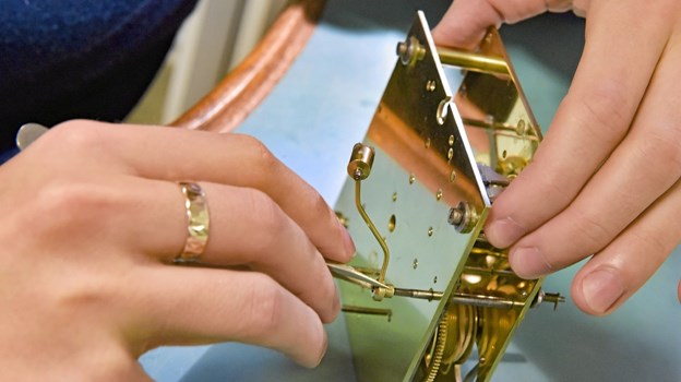 Sådan ser et 127 år gammelt ur ud efter at have været i hænderne på urmagerelev Kristian Foget Østergaard. Ole Iversen