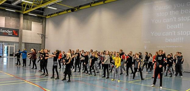 Der blev vist film fra optakten til kulturugen, hvorefter eleverne overtog dansegulvet i en forrygende dans, hvor antallet af dansere hele tiden voksede. Foto: Mogens Lynge Mogens Lynge