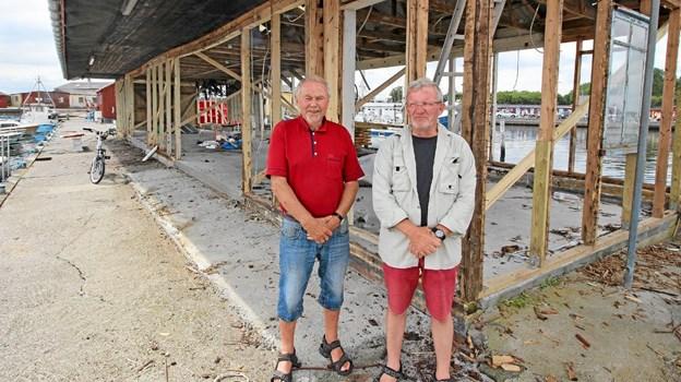 Byrådsmedlem Hildo Rasmussen og havnens formand, Mogens Hajslund, foran den gamle auktionshal.  Foto: Jørgen Ingvardsen