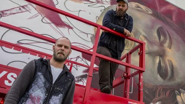 Miel Krutzmann (t.v.) og Telmo Pieper har lavet omkring 100 mur- og gavlmalerier verden over - og nu også i Aalborg. Foto: Lasse Sand