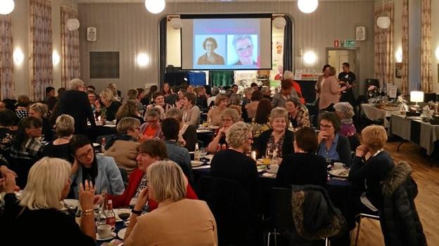 Over 70 lokale borgere var mødt frem på Engparken for at hilse på bysbarnet Anne-Marie Smed ved bogreceptionen.