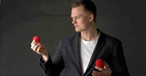 Tryllekunstner Anders Møller skaber magi på Springvandspladsen fredag - efter showet er der trylleskole. Pr-foto