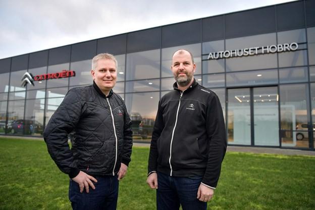 Jakob Thy (tv) og Poul Boisen foran Autohuset Hobro. Boisen, der sælger biler i flere andre byer, overtager forretningen til nytår og driver den videre med det nuværende personale