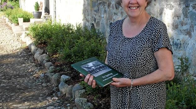 Her ses Marianne Lindsmann med sin bog, som er på 142 sider og rummer mange billeder.