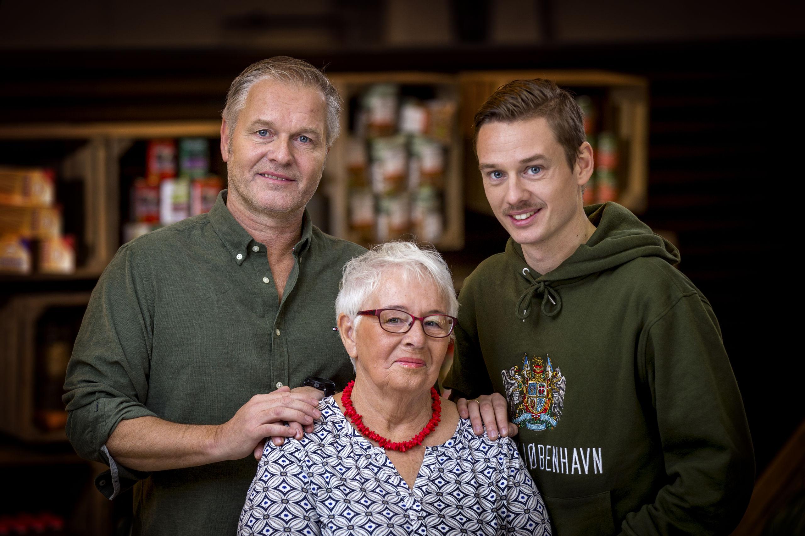 Mark Hellerup Olsen (t.h.) samt hans far og farmor er kendt som familien Olsen i Maddysten. PR-foto