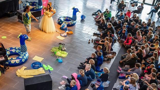 Publikum i Fjerritslev bestod af  150 begejstrede børn fra Ørebroskolen, Trekronerskolen, Thorup-Klim Skole samt Brovst Skole - og de blev inddraget i stykket undervejs. Senere på dagen blev stykket også opført i Aabybro. Her deltog 200 børn fra Skolecenter Jetsmark, Saltum Skole og Aabybro Skole. Martin Damgård