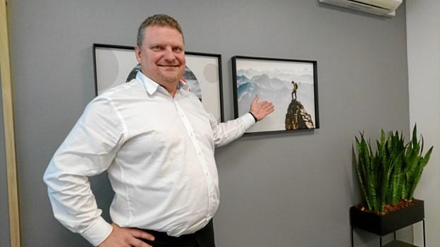 Afdelingsdirektør Gunner R. Jensen ved et af de nye billeder på væggene.