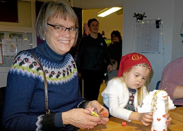 Jette Horsholt er mormor til Alberte på 4 år. De hjælpes ad med at lave en engel. Foto: Niels Helver Niels Helver