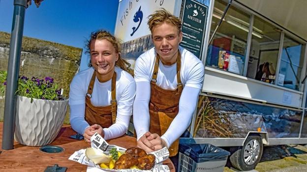 Simon Foldager og Signe Dam kan næsten ikke vente med at komme ud i Thy med deres fish and chips. På onsdag er de i Thisted til By Night. Foto: Ole Iversen