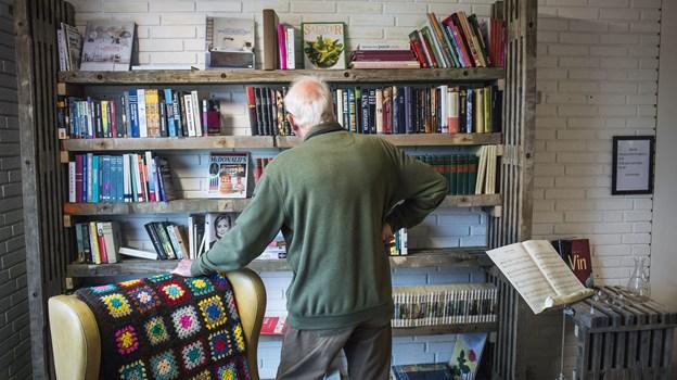 Bøger og nips udstilles på reoler lavet af gamle stilladsbrædder i Blå Kors-butikken på Skjellerupvej. Arkivfoto: Martin Damgård