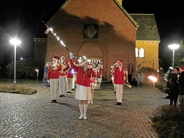 Festligt så det ud, da Hadsund Skole-Orkester med Luciabrud i spidsen og lys på instrumenterne startede Lucia-optoget fra Hadsund Kirke i torsdags.