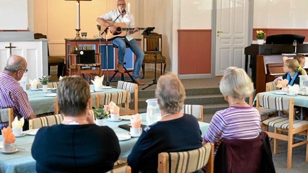 Omkring 30 lyttede til en inspirerende koncert med sange til eftertænksomhed. Foto: Niels Helver Niels Helver