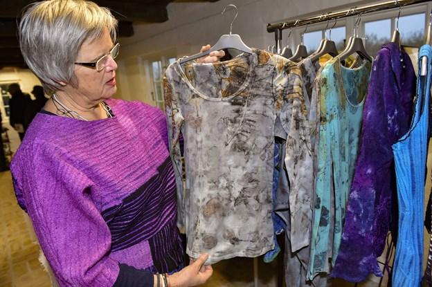 Ceceilie Skov fra Filteværkstedet på Fur viste imponerende tøjtryk og filt. Her er der brugt blade og rust.  Foto: Ole Iversen