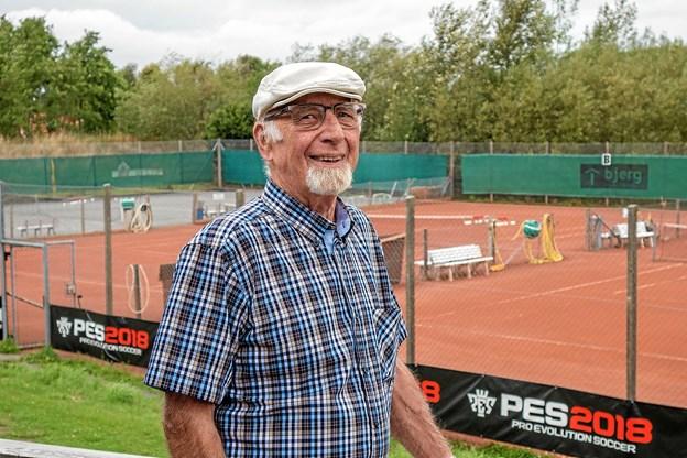 Det er Henrik Olesen der i sin tid tog initiativet til at starte en tennisklub i Sindal, og han er stadig medlem af klubben. Foto: Niels Helver
