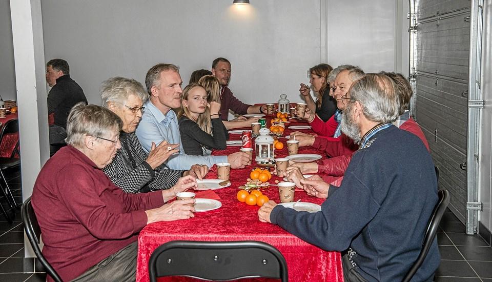 Efter højtidligheden i kirken var der gløgg og æbleskiver hos Kim Nielsen Ålborgvej. Det var Kornum Borgerforening der stod for arrangementet. Foto: Mogens Lynge Mogens Lynge