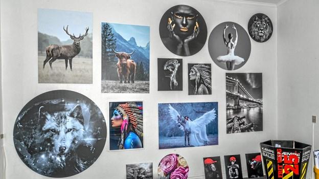 Flotte plakater med mange forskellige motiver fra en samarbejdspartner. Her ses et lille udvalg. Foto: Mogens Lynge Mogens Lynge
