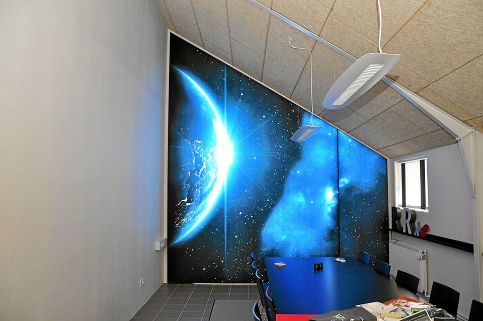 Inde i et af mødelokalerne kan man få et indtryk af stjernehimlen. Det er lysende print på stof, som giver det flotte syn. Foto: Ole Torp