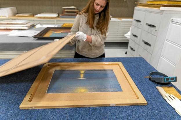 Registrator Julie Foged Kristensen under arbejdet med at pakke et af de seks kunstværker ud af den beskyttende emballage. Foto: Skagens Kunstmuseer