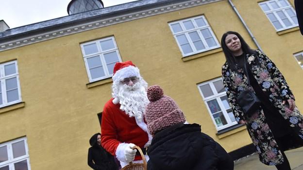 Julemanden var, til børnenes glæde, på pletten under fyrtårnet i Hanstholm. Foto: Ole Iversen