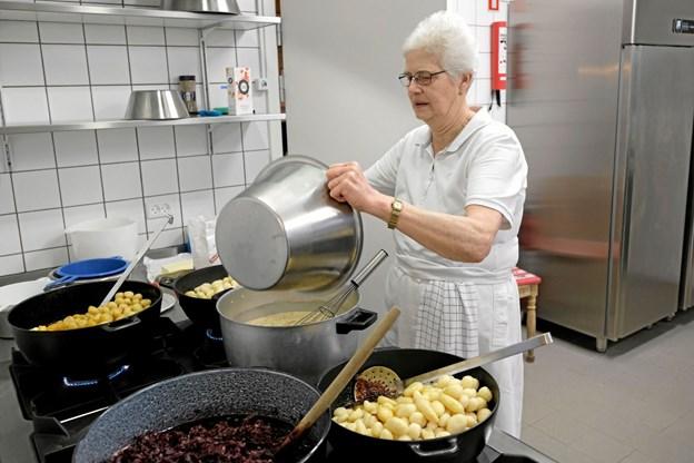 Karen Sørensen er meget glad for det nye køkken. Nu tager det ingen tid, at lave mad til de 105 gæster, der forleden deltog i forårets fællesspisning. Foto: Niels Helver Niels Helver