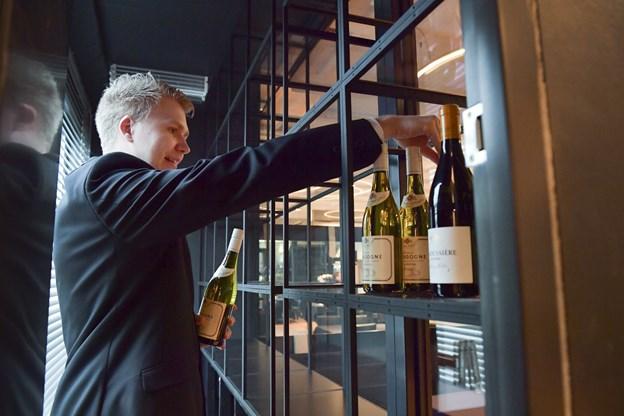 Vandskaden har også givet anledning til at indrette et vinrum klods op af gæsterne i restauranten.Foto: Bente Poder